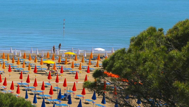 Strandliegen , Sonnenschirme an  Strand